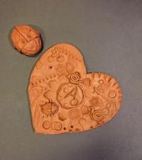 Empreintes d'amour: création d'un cœur en argile(2 à 5 ans)